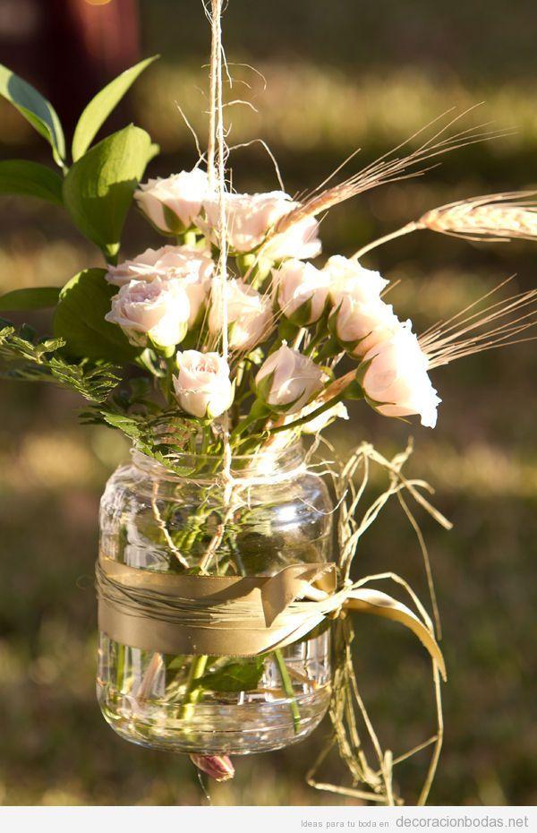 bote de cristal con flores colgado idea para decorar una boda en el jardn