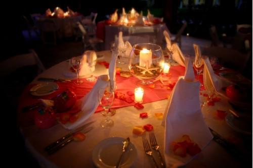 Cómo decorar una mesa para una cena romántica