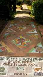 01 Magnificent DIY Mosaic Garden Path Decorations For Your Inspiration