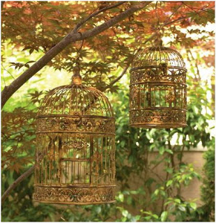 bonitas jaulas colgantes decorando el jardín
