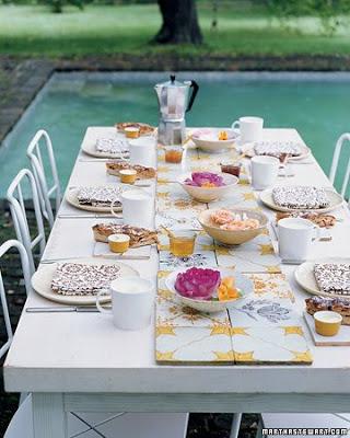 mesa de jardin decorada con baldosas