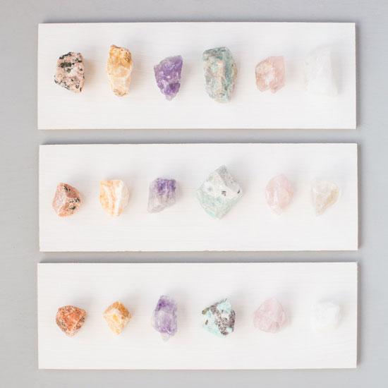 Organizar collares con cristales.