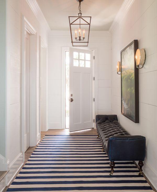 Entrada clásica con alfombra geométrica