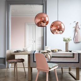 Lámparas de Tom Dixon y detalles arquitectónicos que evocan la elegancia del pasado