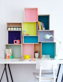 6. Unas cajas de Ikea, decoradas con papeles y colores, serán perfectas para mantener a raya tu material de scrapbook