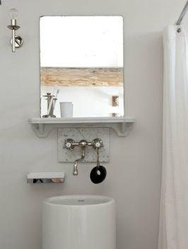 Un baño con lo imprescindible pero con aire retro hace de la habitación de invitados un espacio independiente
