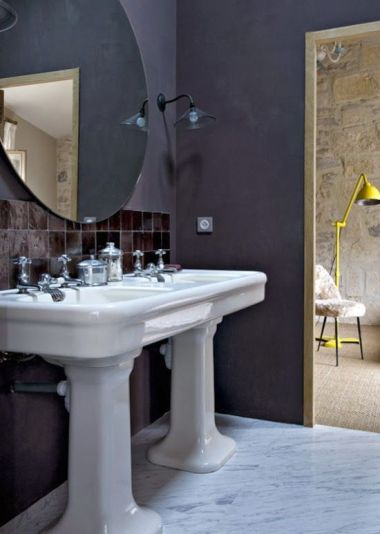 Baño en tonos azul petróleo de Farrow & Ball, pavimentados con mármol de Carrara. Los lavabos son antiguos.