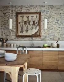 Cocina diseñada por la interiorista en madera de roble con encimera en piedra blanca