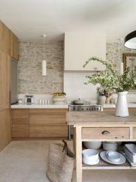 La campana imita el tiro de la chimenea, suavizando el aspecto de la cocina.