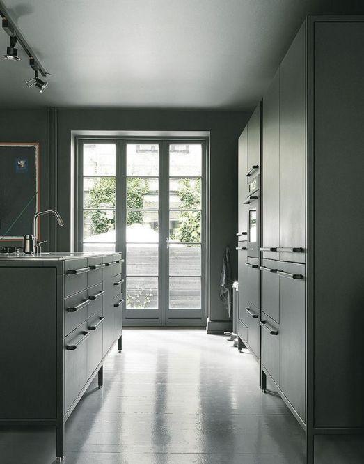 Isla y mobiliario en gris antracita de la firma Vipp.