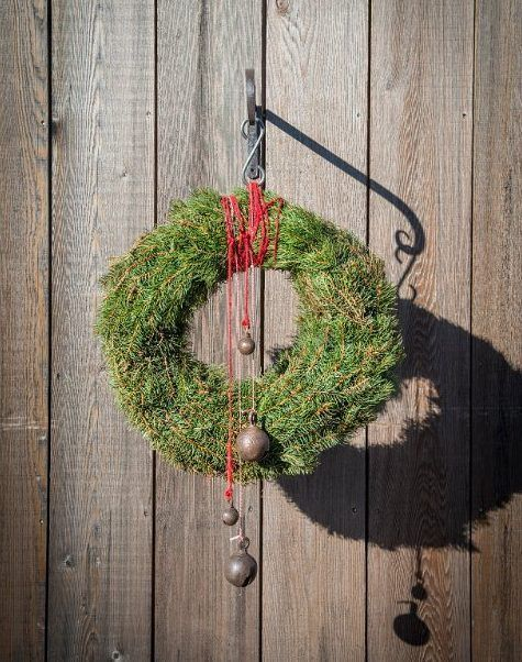 Corona de Navidad - Christmas wreath made with pine branches