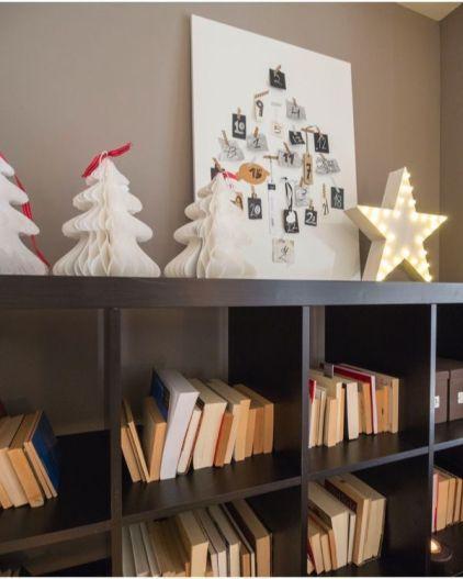 La estantería también se viste de Navidad