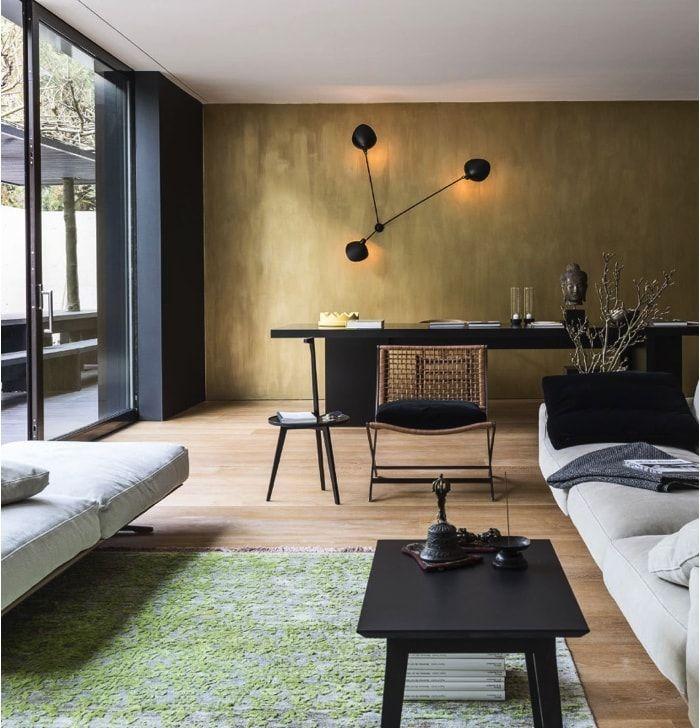 Casa de 1.200m2 - Comedor con pared dorada