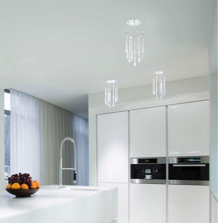 Vista de la cocina con la lámpara Lacrima de Milan