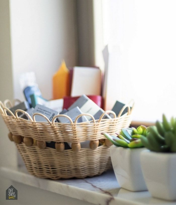 detalle de cesto con artículos de cortesía para un baño