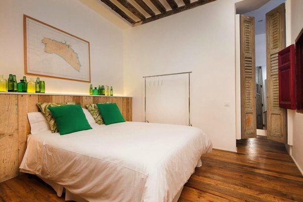 dormitorio con elementos reciclados en loft