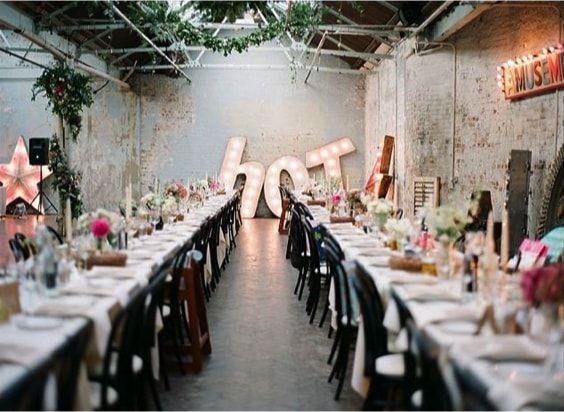 boda industrial con luces de neon
