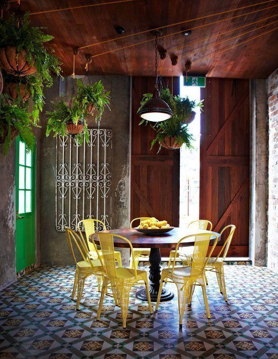 combinar sillas - yellow tolix in Australian restaurant