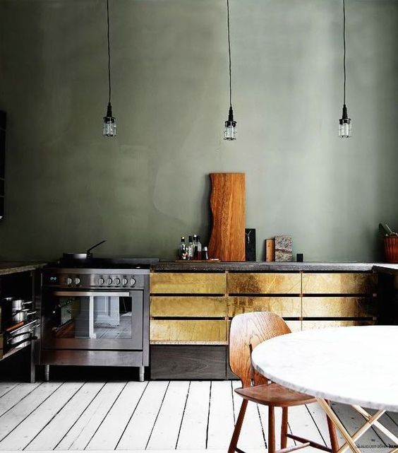 Tendencia: cocina en verde sage con toques dorados