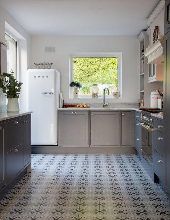 decoralinks | cocina estilo british en gris y nevera smeg