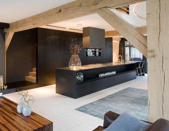 cocina negra integrada con la escalera