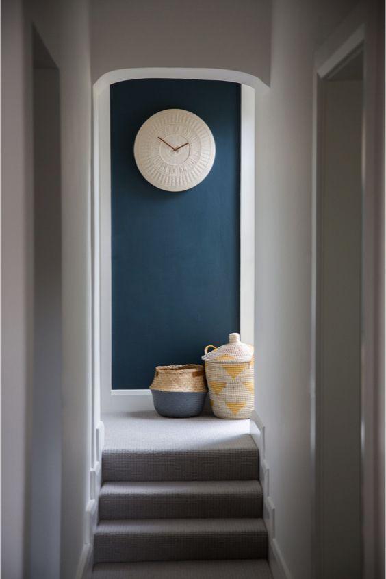 decoralinks | pasillo con pared en azul cobalto y cestos