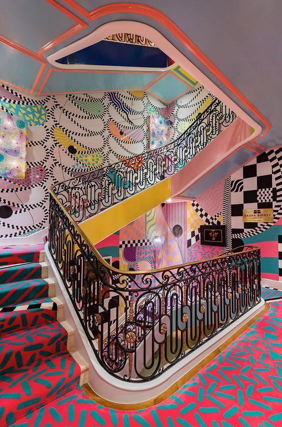 Papel pintado de voutsa y alfombras customizadas de therugcompany en escalera