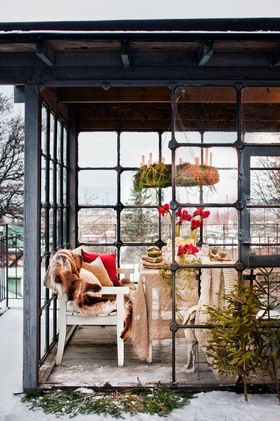 decoralinks | Navidad en verde - corona verde sobre la mesa en el porche