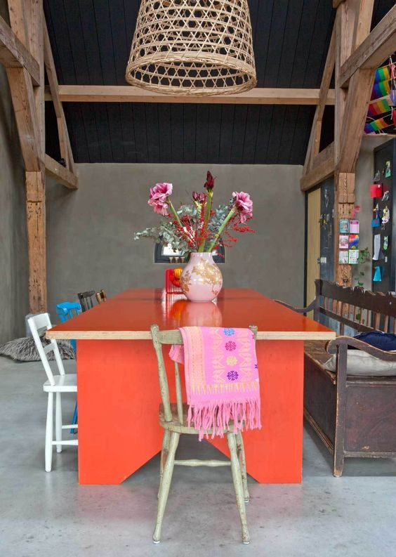 decoralinks | Colores tendencia 2019 - dining room with a coral table