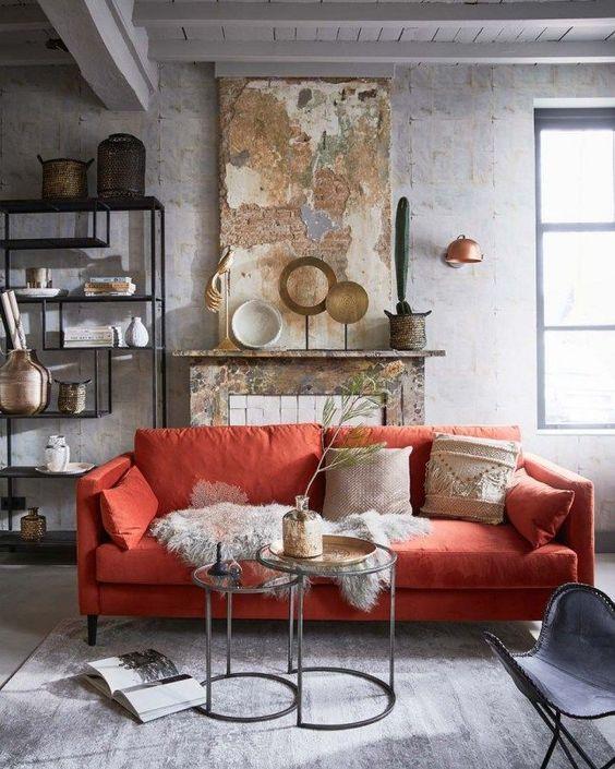 decoralinks   Colores tendencia 2019 - Pantone Coral on sofa - patinated walls