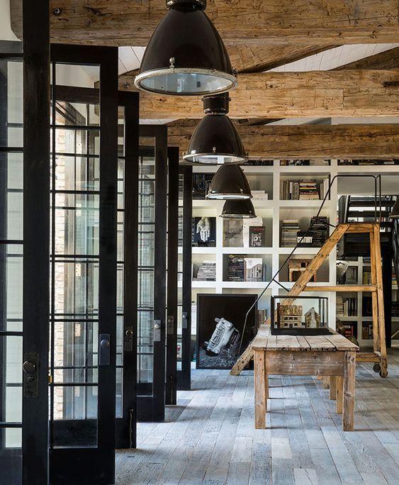 decoralinks | biblioteca con escalera de madera y lamparas negras industriales en casa de diane keaton