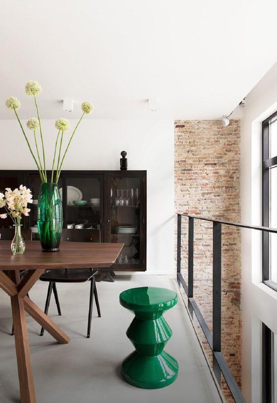 decoralinks | casa en amsterdam. Comedor loft con sillas galvanitas y taburete zig zag de Pols Potten