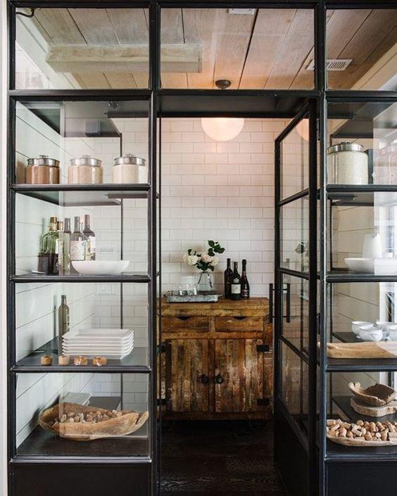 decoralinks | separar ambientes con vitrina de metal
