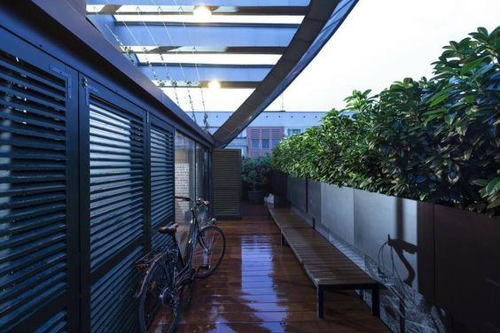 decoralinks   apartamento loft industrial - terraza con maceteros de aluminio
