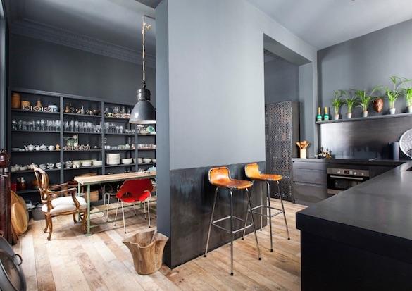 decoralinks | cocina separada del comedor toda pintada en gris ceniza estilo industrial