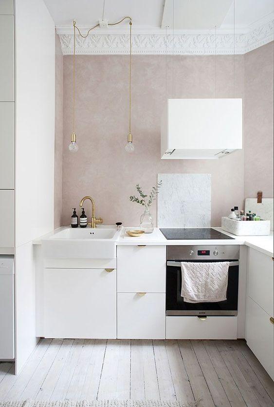 decoralinks | paredes rosa claro de estuco en cocina blanca