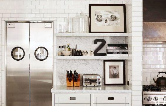decoralinks   cocina blanca con azulejo metro y estanterias marmol de Carrara de Meg Ryan en New York