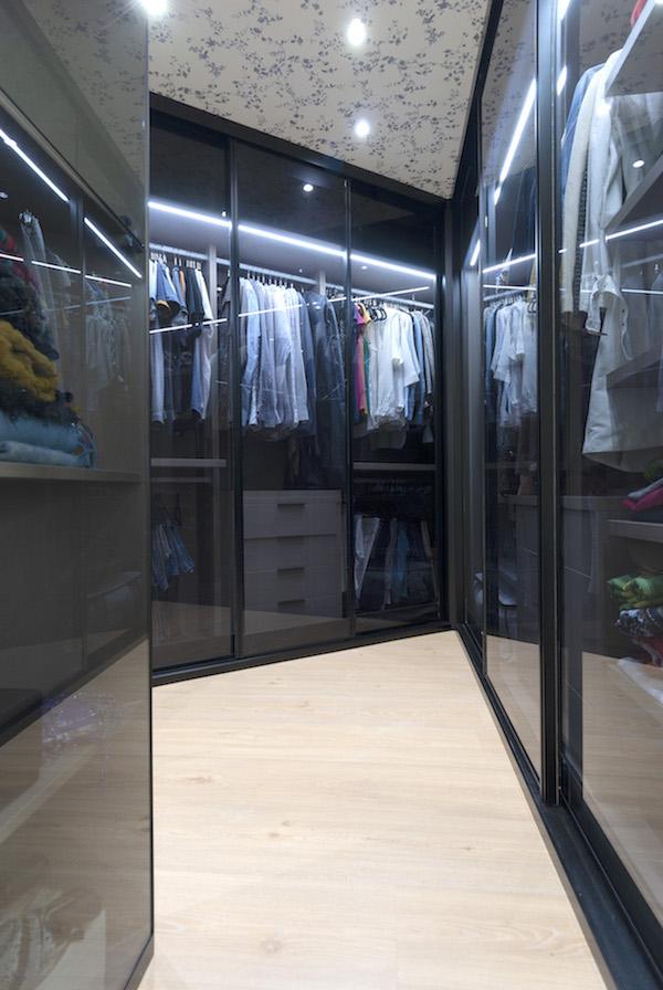 decoralinks | vestidor con frentes de cristal y techo empapelado