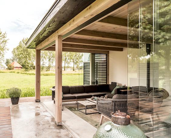 decoralinks | porche de madera cerrado con cortinas de cristal correderas