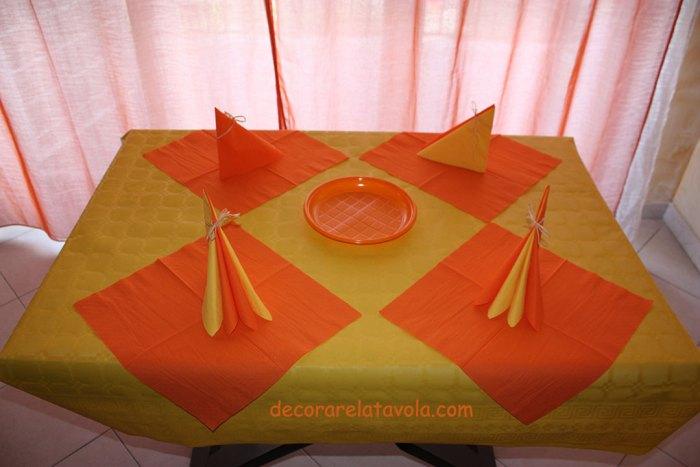 tovaglioli di carta giallo arancione