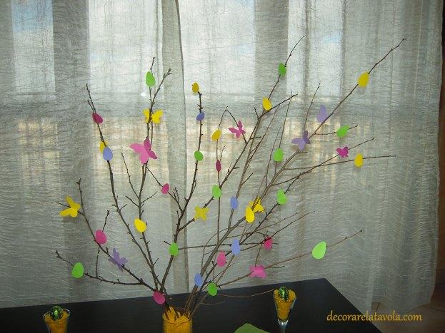 Centrotavola per Pasqua con rami decorati foto 2