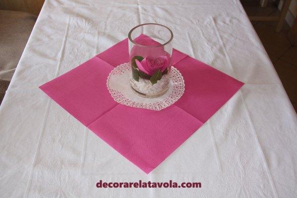 Composizione vaso con rosa a tavola