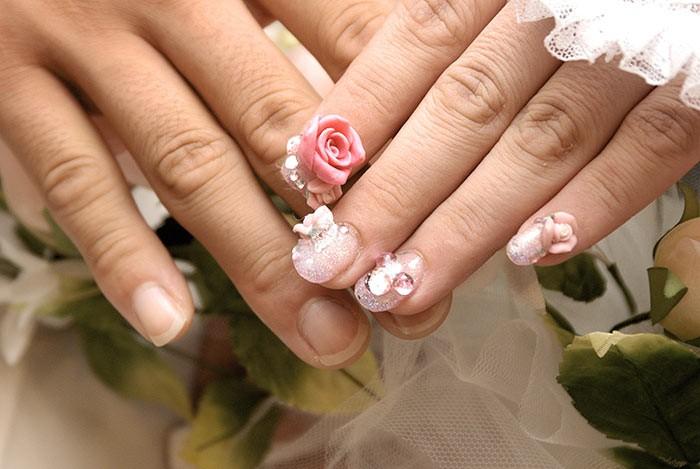 las rosas entre otras flores de diferentes colores son atuendos que irn perfecto en tu decoracin de uas te harn ver muy femenina y alegre