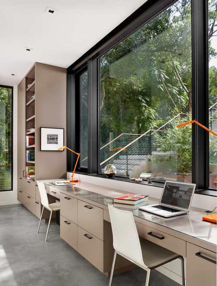 μπεζ γραφείο με παράθυρα με μεγάλα πλαίσια