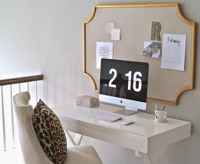 πίνακας ανακοινώσεων με χρυσό σε λευκό γραφείο και animal print