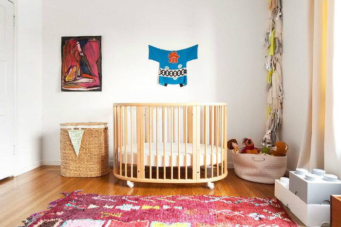 Χαλί βρεφικού δωματίου σε εκλεκτικό ύφος, με ζωντανά χρώματα.