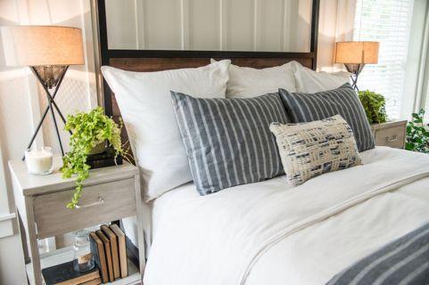 35 Stunning Magnolia Homes Bedroom Design Ideas For Comfortable Sleep 023