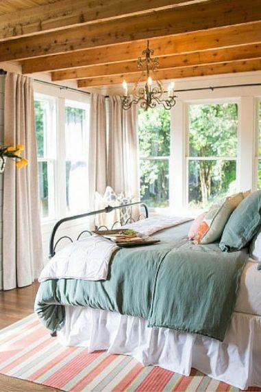35 Stunning Magnolia Homes Bedroom Design Ideas For Comfortable Sleep 034