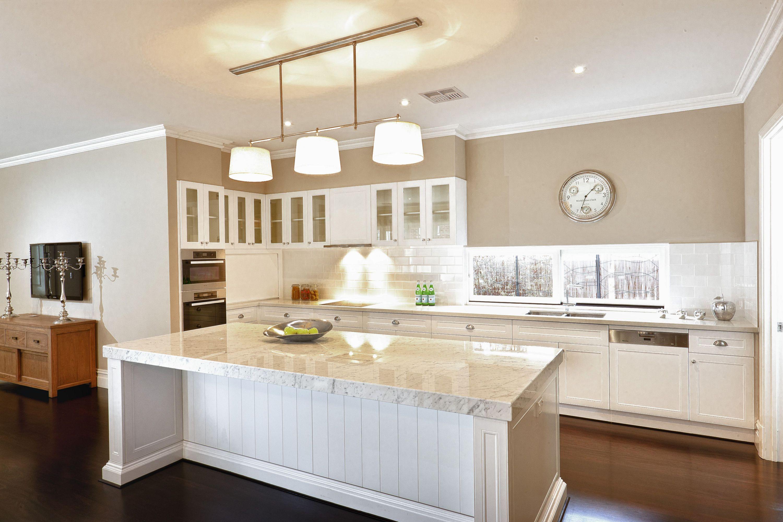 Hamptons style kitchens decoredo for Hamptons style kitchen splashback