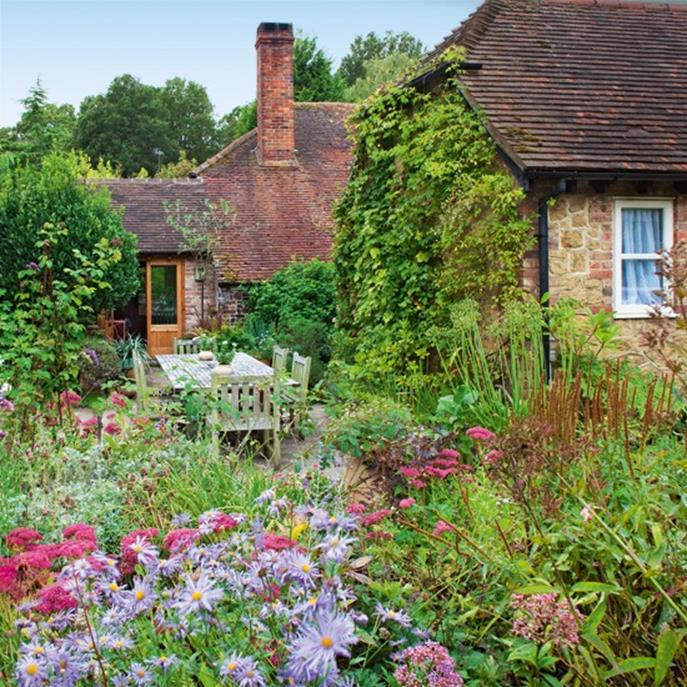 Stunning Country Cottage Gardens Ideas 14